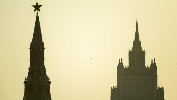 Siluetas de una torre del Kremlin y Ministerio de Relaciones Exteriores de Rusia - Sputnik Mundo