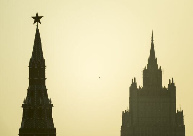 Kremlin de Moscú y el edificio del Ministero de Exteriores