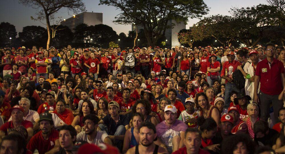 Manifestantes progubernamentales miran a la votación del impeachment en Brasil