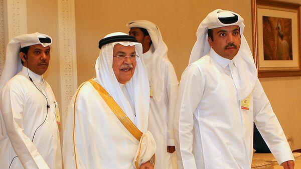Ali al-Naimi, ministro de Recursos Petroleros y Minerales de Arabia Saudí en la reunión petrolera de Doha (dcha.) - Sputnik Mundo