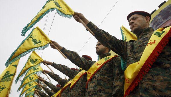 Militares del grupo chií libanés Hizbulá durante una procesión funeraria (archivo) - Sputnik Mundo