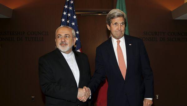 Ministro de Exteriores de Irán, Mohamad Yavad Zarif, y secretario del Departamento de Estado, John Kerry - Sputnik Mundo