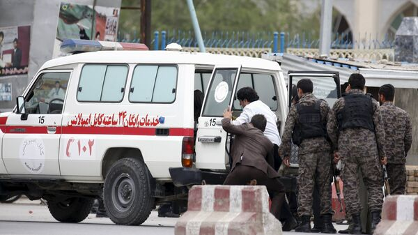 Afghan security forces transfer injured security personnel into an ambulance after a suicide car bomb attack in Kabul, Afghanistan April 19, 2016. - Sputnik Mundo