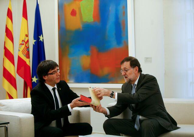 El expresidente de Cataluña, Carles Puigdemont, y el expresidente del Gobierno español, Mariano Rajoy (archivo)