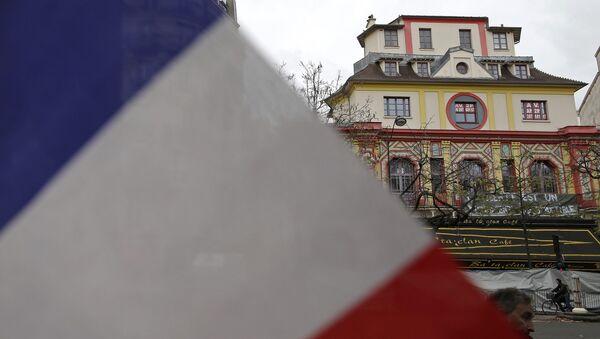 La bandera de Francia en frente del teatro Bataclán - Sputnik Mundo