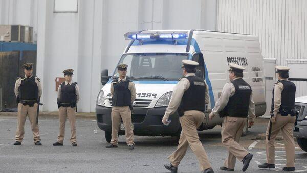 Oficiales de la Prefectura Naval pasan junto a una zona donde 5 personas murieron durante una fiesta de música electrónica - Sputnik Mundo