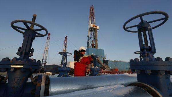 Refinería de petróleo en Rusia (archivo) - Sputnik Mundo