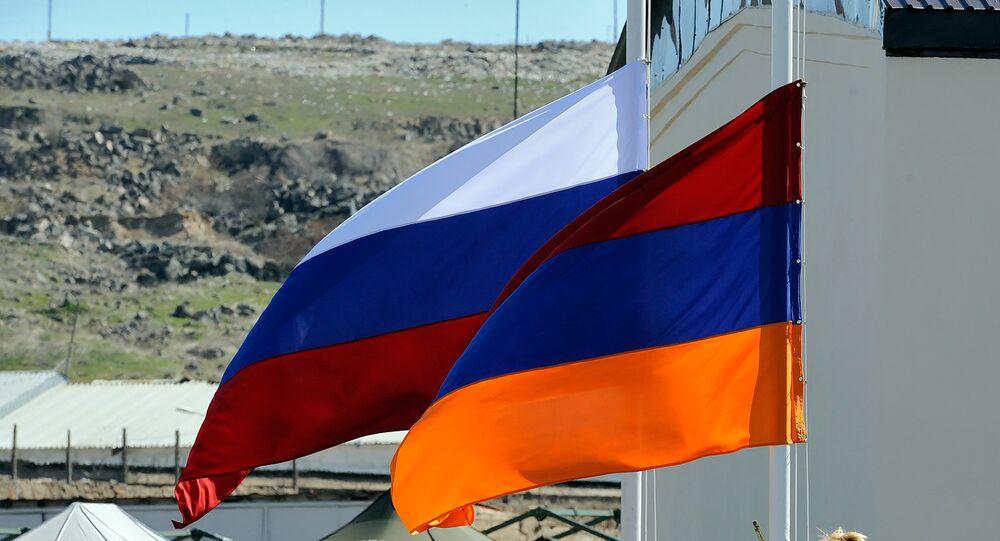Banderas de Rusia y Armenia (archivo)