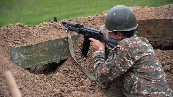 Soldado en la zona de conflicto de Nagorno Karabaj (archivo) - Sputnik Mundo