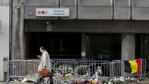 A man walks past a street memorial outside Maelbeek metro station, a week after bomb attacks took place in the metro and at the Belgian international airport of Zaventem, in Brussels, Belgium - Sputnik Mundo