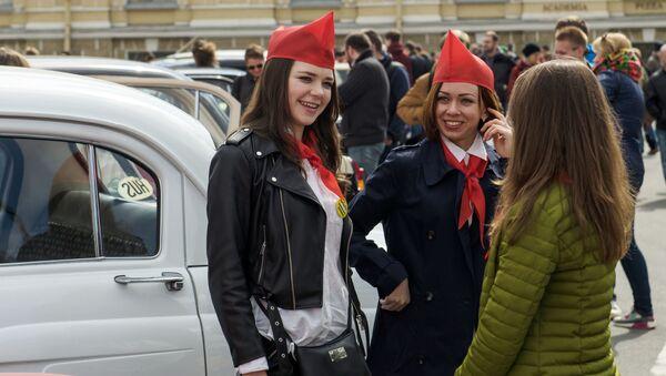 Los coches de época invaden las calles de San Petersburgo - Sputnik Mundo