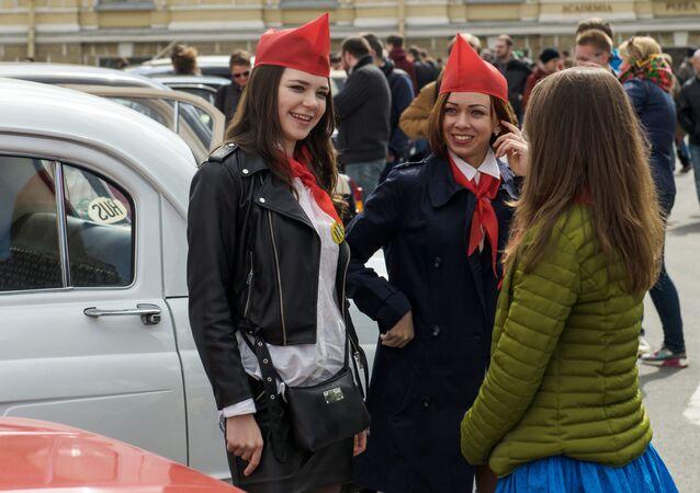 Los coches de época invaden las calles de San Petersburgo