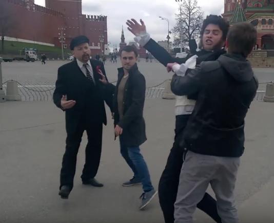 Lenin y Pushkin 'se pelean' en la Plaza Roja de Moscú
