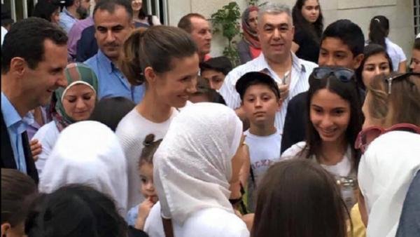 Bashar Asad junto con la primera dama Asma Asad durante la visita a un centro cultural en Damasco - Sputnik Mundo
