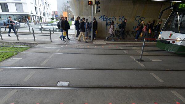 Semáforos para los adictos a los smartphones instalados en la calzada de la ciudad alemana Augsburgo - Sputnik Mundo