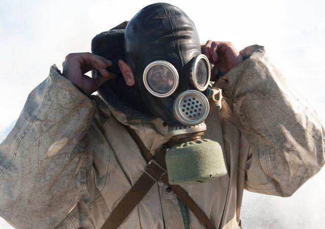 Un hombre con una máscara de gas