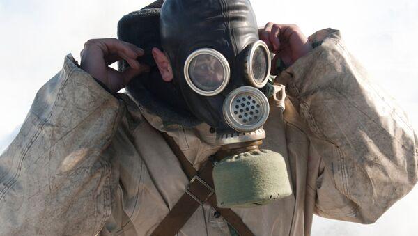 Un hombre con una máscara de gas - Sputnik Mundo