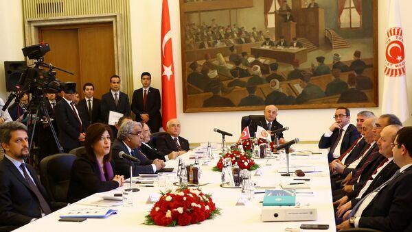 El parlamento turco durante la discusión de nuevo borrador de la Constitución - Sputnik Mundo