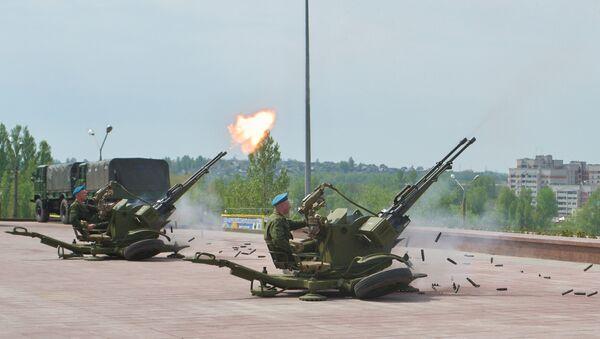 Soldados disparan el cañón automático antiaéreo ZU-23 (Archivo) - Sputnik Mundo