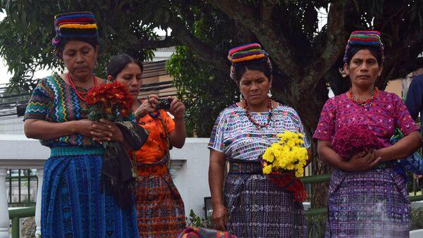 Familiares de una de las victimas de los masacres del pueblo maya cometido en los años 80 - Sputnik Mundo