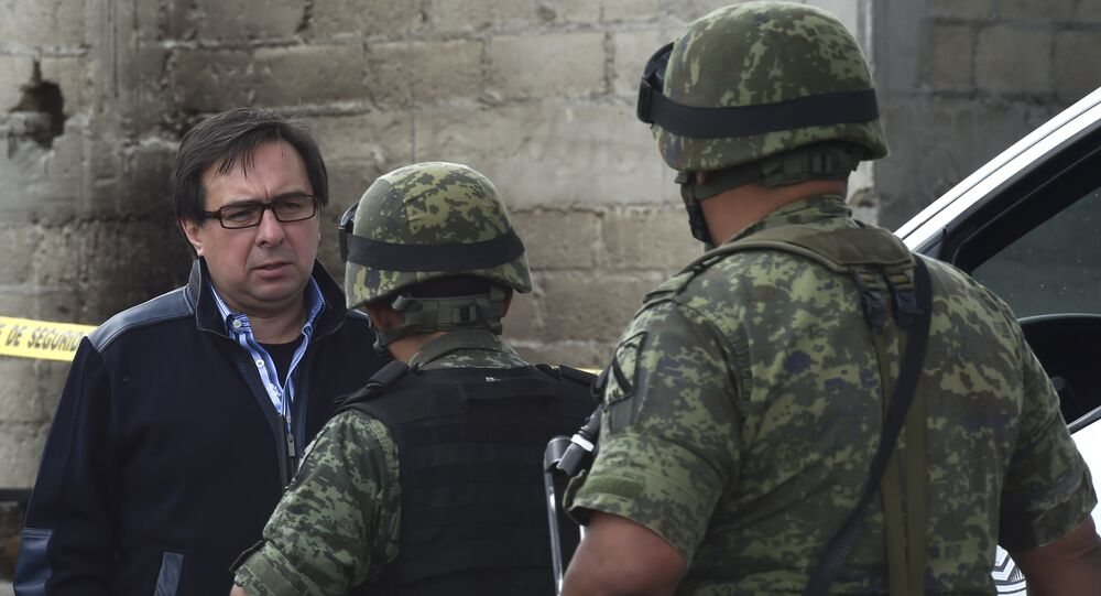 Tomás Zerón (izda.), jefe de la Agencia de Investigación Criminal federal