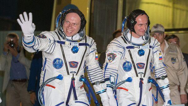 Los cosmonautas rusos, Serguéi Riazanski y Oleg Kótov - Sputnik Mundo