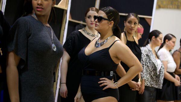 Modelos 'plus size' en un desfile de moda en Londres - Sputnik Mundo