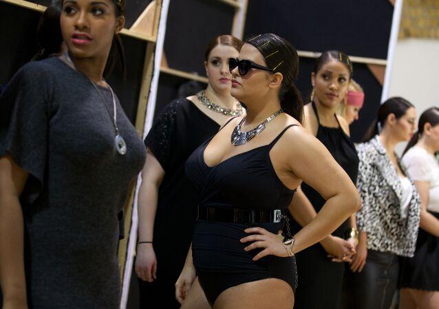 Modelos 'plus size' en un desfile de moda en Londres (archivo)