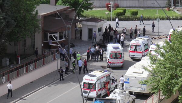 Ambulances are parked outside the police headquarters in the southeastern Turkish city of Gaziantep on May 1, 2016 after a bomb exploded, killing one police officer. - Sputnik Mundo