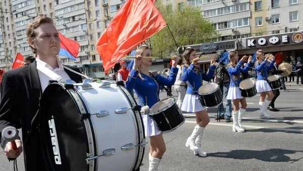 Simpatizantes del Partido Comunista de Rusia durante la marcha en Moscú - Sputnik Mundo