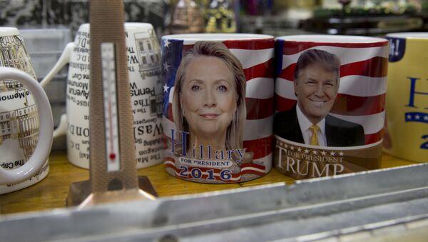 Tazas con las imágenes de Hillary Clinton y Donald Trump - Sputnik Mundo