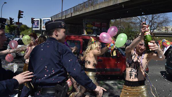 Protesta de Femen en contra del Frente Nacional - Sputnik Mundo