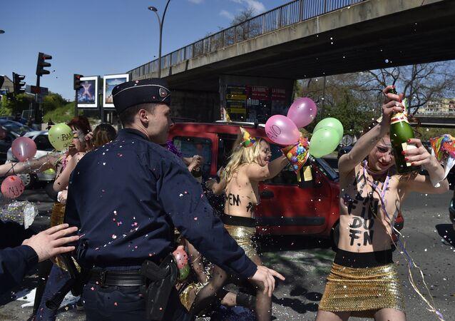 Protesta de Femen en contra del Frente Nacional