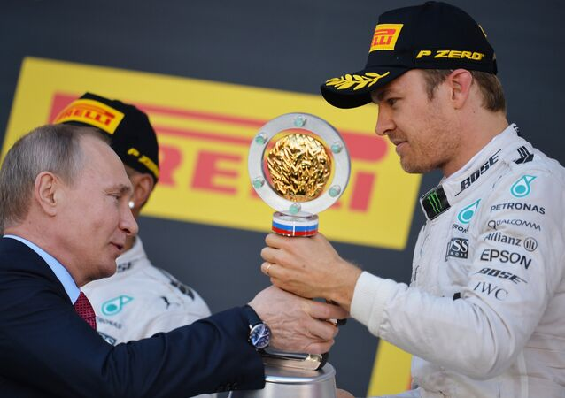 Vladímir Putin entregando el titulo de la carrera de Fórmula 1 de Sochi