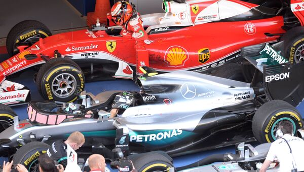 Los pilotos Nico Rosberg y Kimi Raikkonen durante el Gran Premio de la F1 en Sochi - Sputnik Mundo