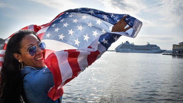 Una cubana alza la bandera estadounidense - Sputnik Mundo
