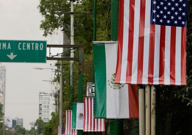 Banderas de EEUU y México
