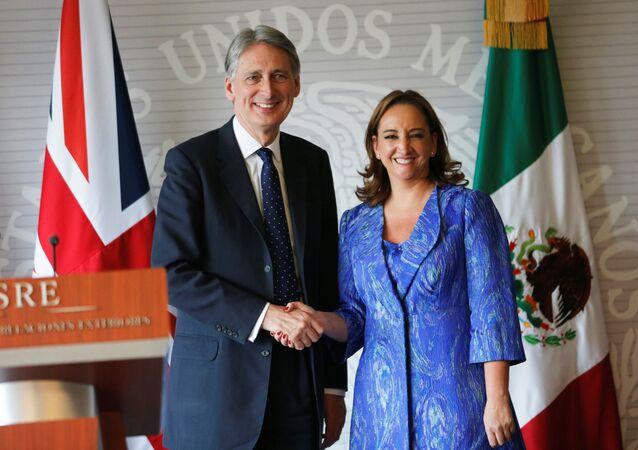 Philip Hammond, canciller de Reino Unido, y Claudia Ruiz Massieu, canciller de México