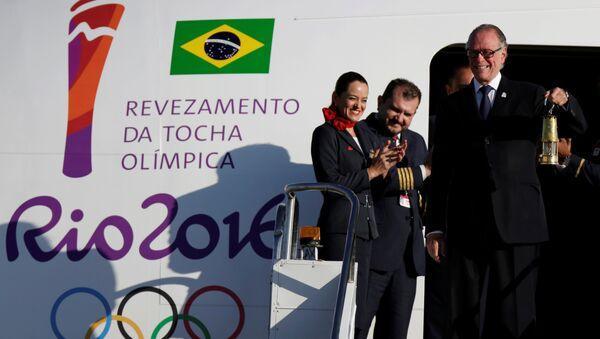 Carlos Nuzman, el presidente del Comité organizador de Río 2016, tiene en sus manos el fuego olímpico que llegó a Brasil - Sputnik Mundo