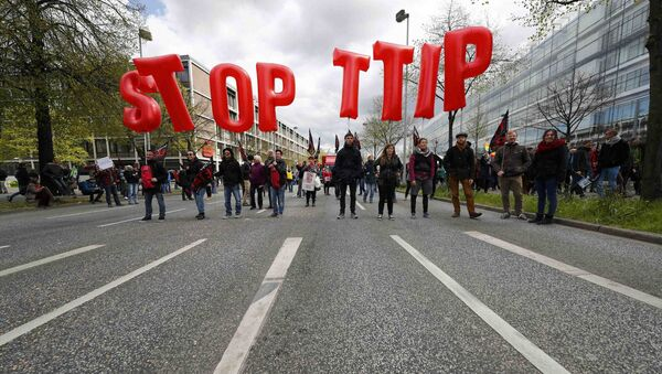 Protestas contra TTIP. Manifestantes alzan el cartel Paren TTIP - Sputnik Mundo