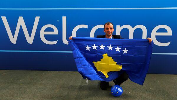 Un miembro del equipo de periodistas de Kosovo celebra el ingreso a la UEFA - Sputnik Mundo