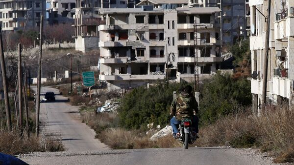Syrian army soldiers ride a motorcycle in the village of Salma, in the northwestern province of Latakia on January 15, 2016 - Sputnik Mundo