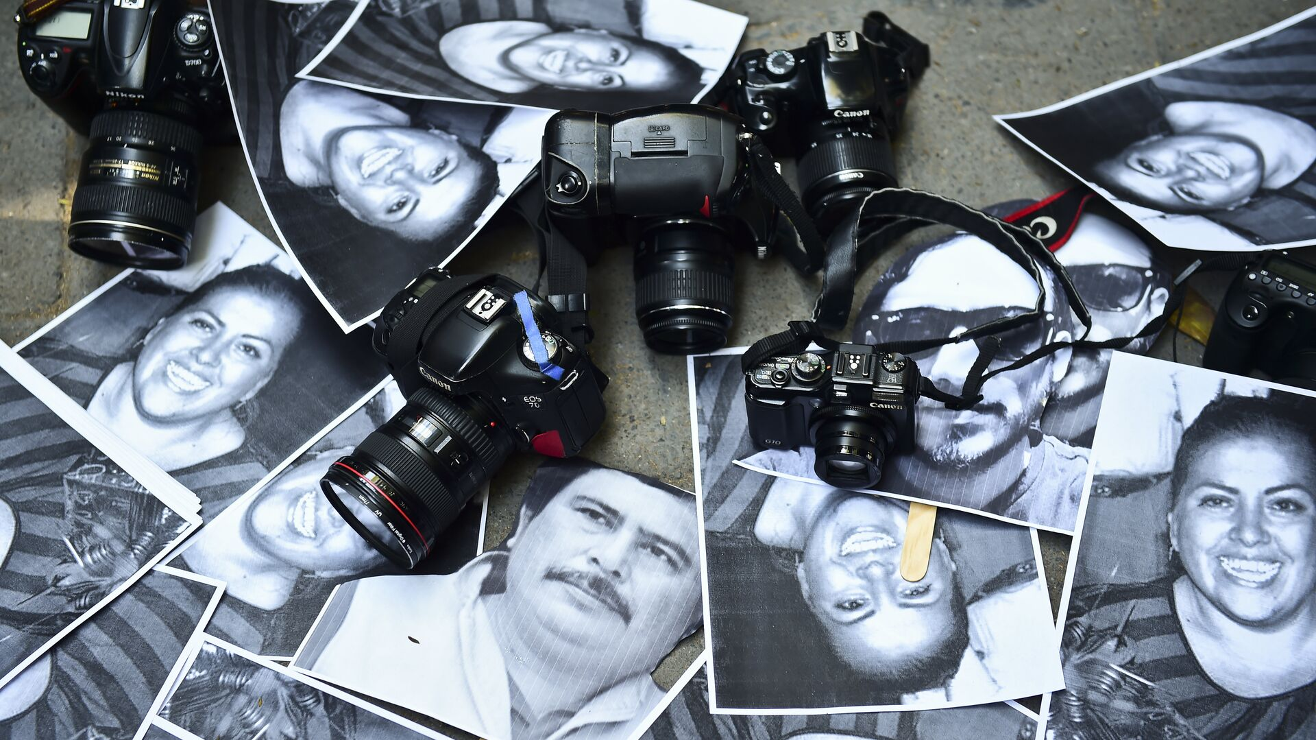 View of photos of killed journalists and cameras outside the Veracruz state representation office during a journalists protest in Mexico City on February 11, 2016.  - Sputnik Mundo, 1920, 03.05.2021