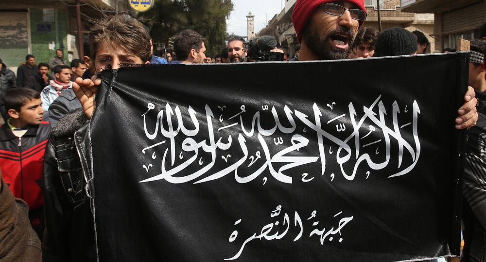 Los manifestantes agarran la bandera de Frente Al-Nusra (archivo)