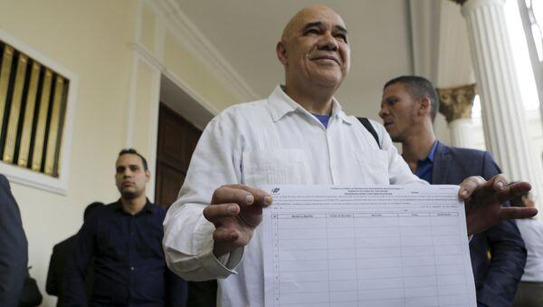 Jesús Torrealba con una planilla para recolectar firmas - Sputnik Mundo