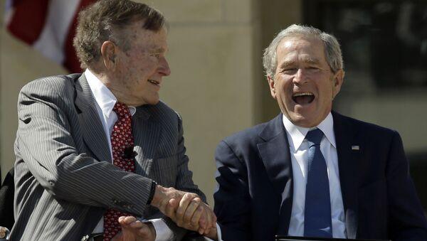 Apretón de manos de George H.W. Bush y su hijo, George W. Bush - Sputnik Mundo