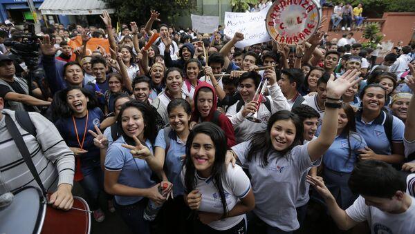 Estudiantes celebran la renuncia de la ministra de educación, Marta Lafuente, en Asunción, Paraguay - Sputnik Mundo