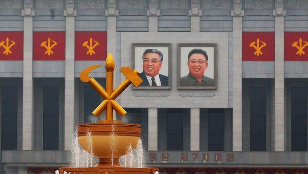 Imágenes de los líderes norcoreanos Kim Il-sung y Kim Jong-iI en la Casa de Cultura, donde se celebra el congreso del Partido de los Trabajadores - Sputnik Mundo