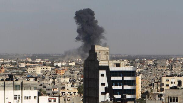 Bombardeo aéreo por el Ejército israelí en la Franja de Gaza - Sputnik Mundo