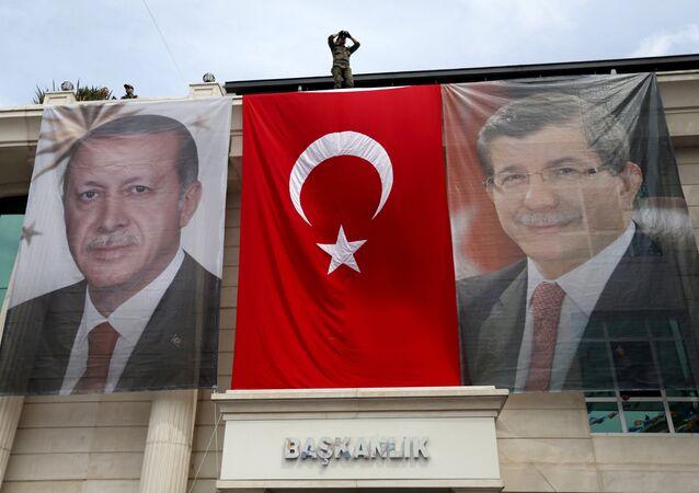 Las imagenes del presidente de Turquía, Recep Tayiip Erdogan, y del primer ministro turco, Ahmet Davutoglu